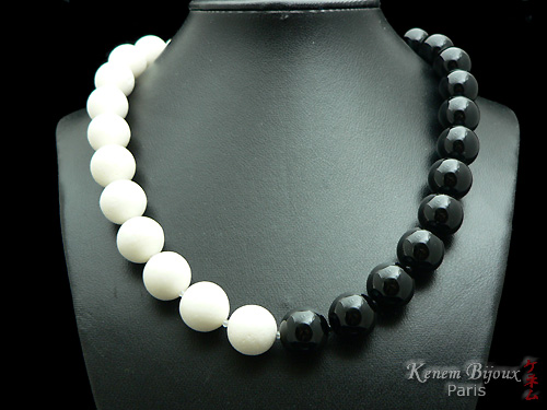 Collier BLACK ON WHITE - Corail blanc naturel, onyx noir